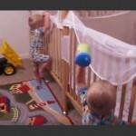 NEVEROVATAN SNIMAK: Kad blizanci krenu na spavanje, njima ne treba pomoć roditelja! (VIDEO)