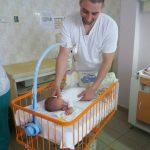 Ko kaže da muškarci ne umeju sa bebama : Jedini muški pedijatrijski tehničar u Srbiji