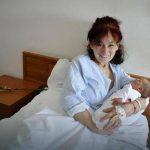 ČESTITKE :Mama iz Srnja u 59-toj godini rodila devojčicu!