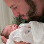 Ne znate kako da smirite bebu kad plače? Ovaj tata ima SUPER  rešenje koje deluje u sekundi